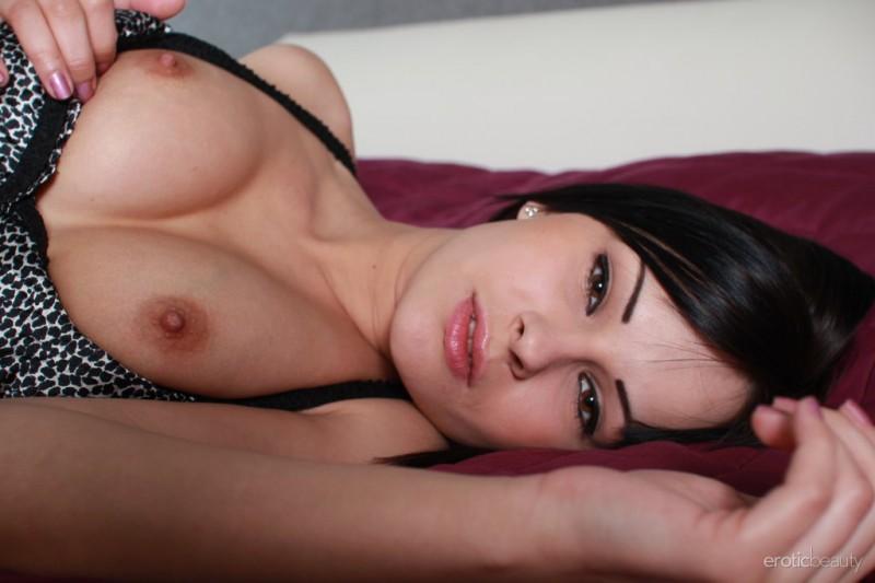 abbie-cat-nude-bedroom-eroticbeauty-03