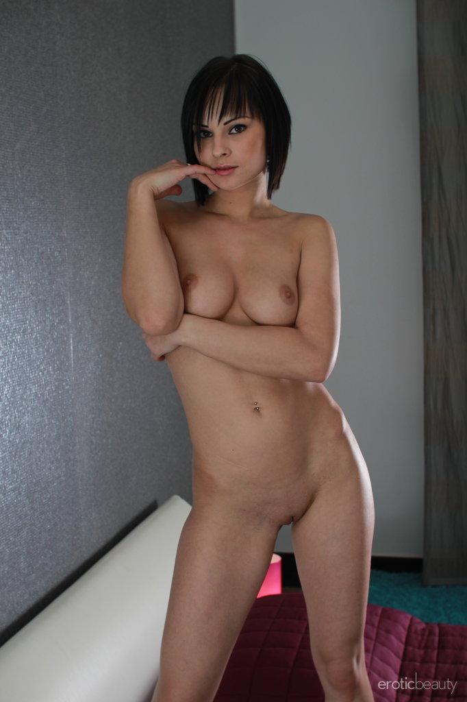 abbie-cat-nude-bedroom-eroticbeauty-10
