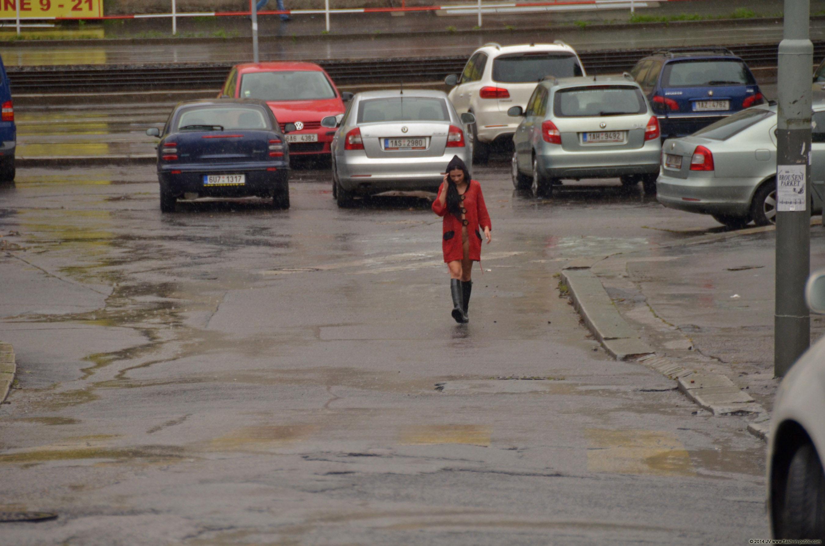 adela-brunette-nude-rain-wet-flash-in-public-03