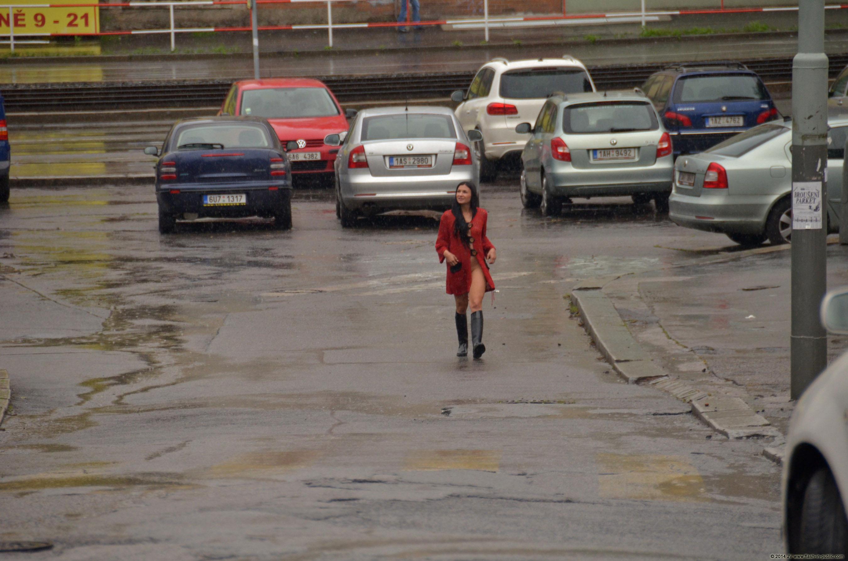 adela-brunette-nude-rain-wet-flash-in-public-04