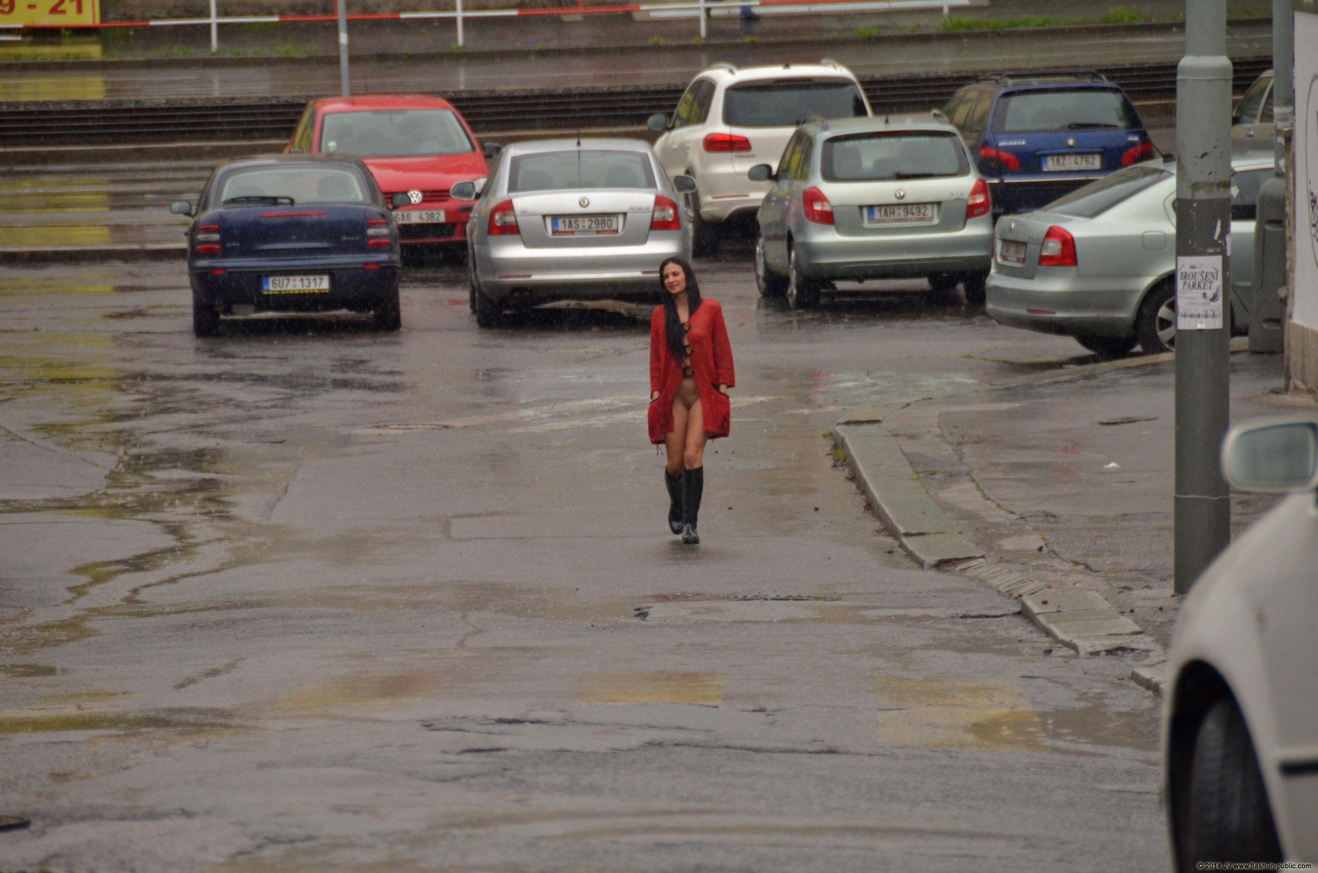 adela-brunette-nude-rain-wet-flash-in-public-05