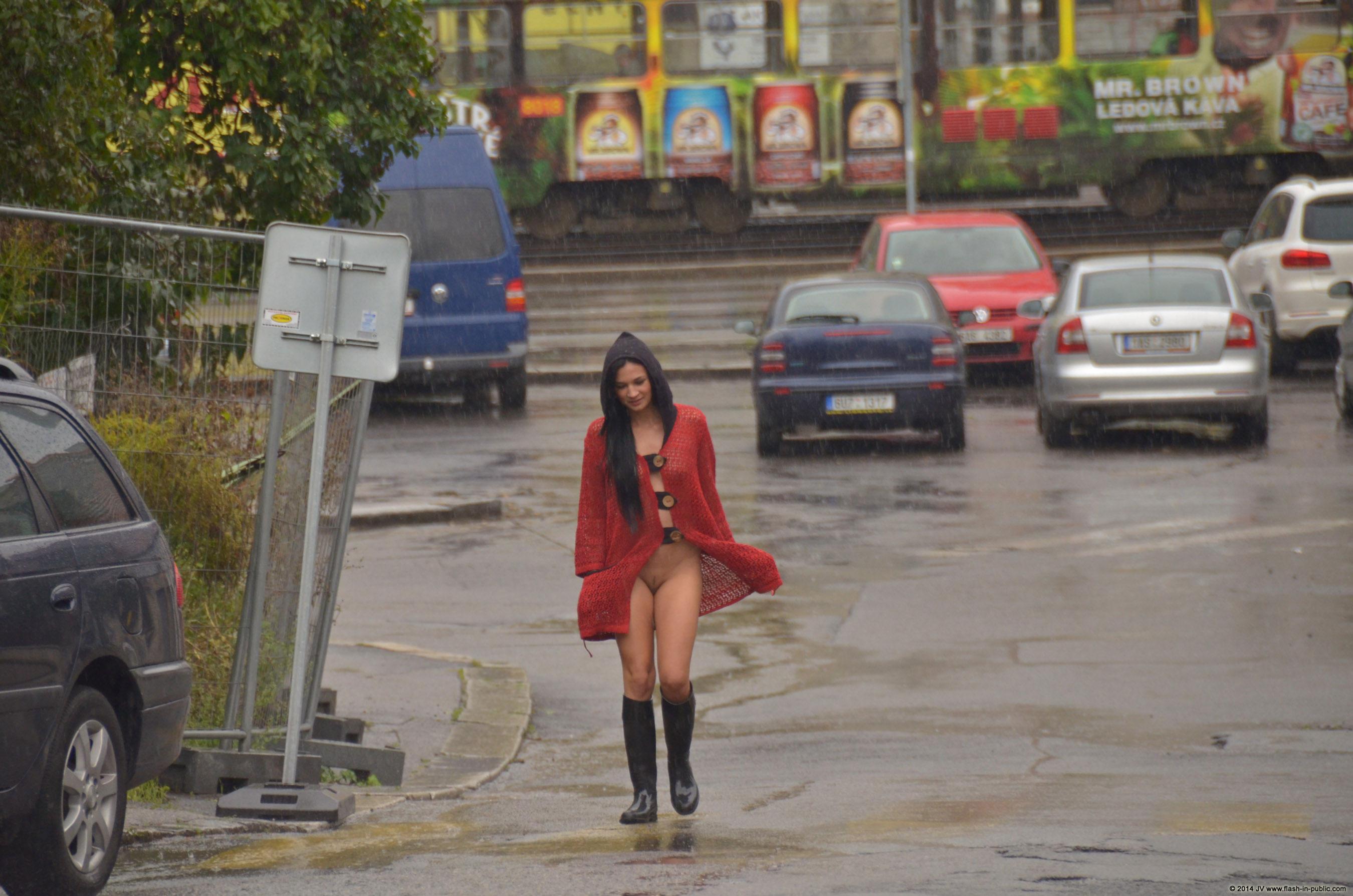 adela-brunette-nude-rain-wet-flash-in-public-10