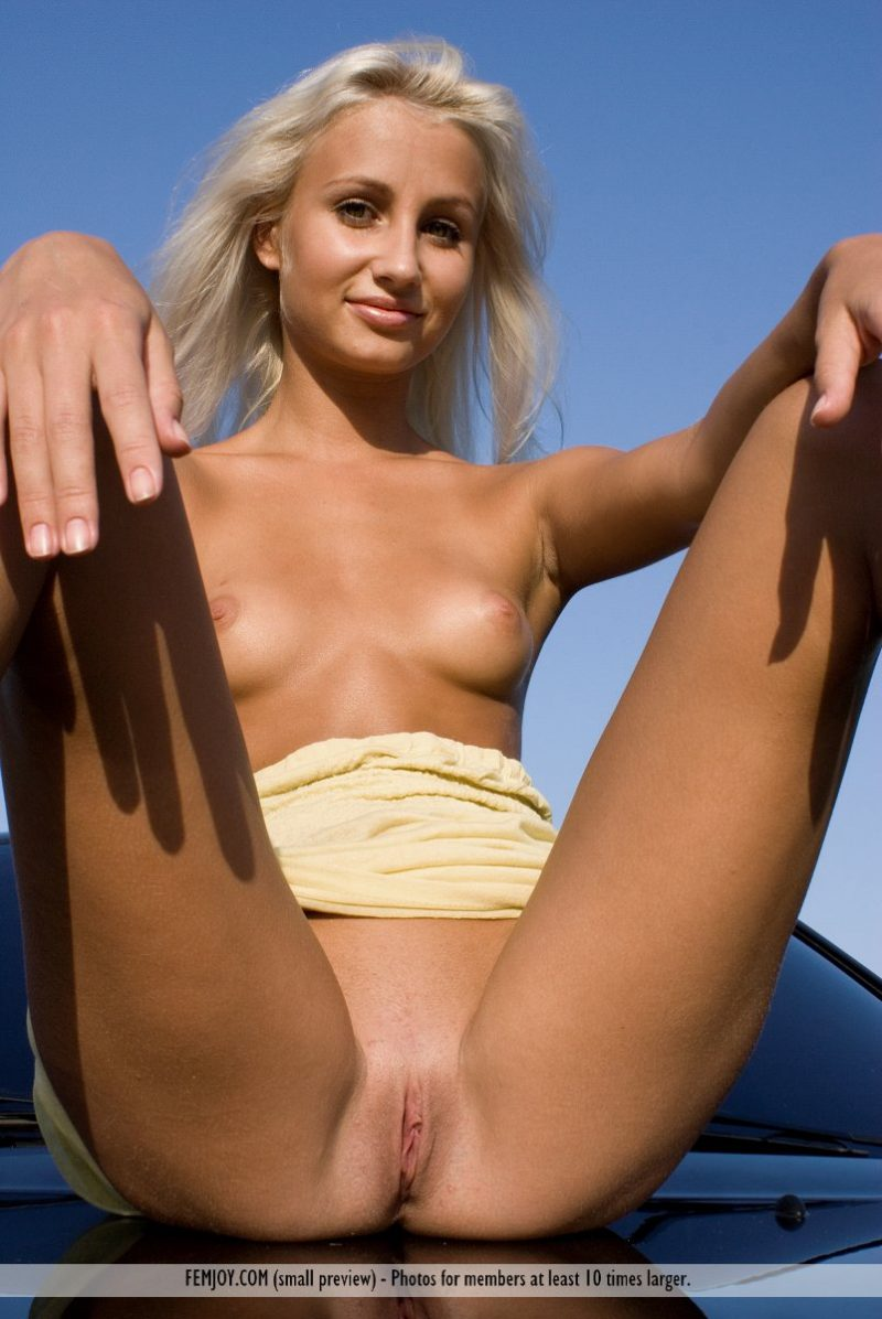 afina-nude-blond-car-femjoy-03