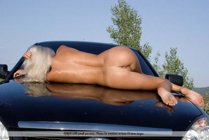 afina-nude-blond-car-femjoy-05