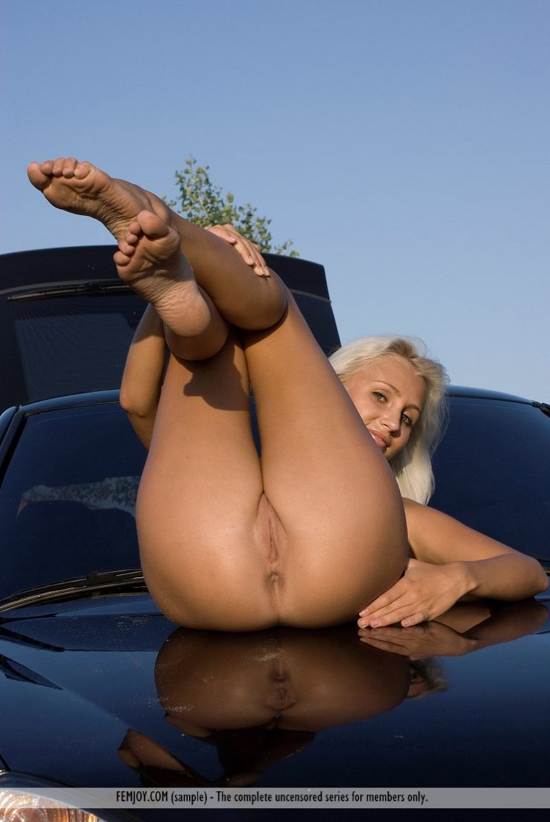afina-nude-blond-car-femjoy-14