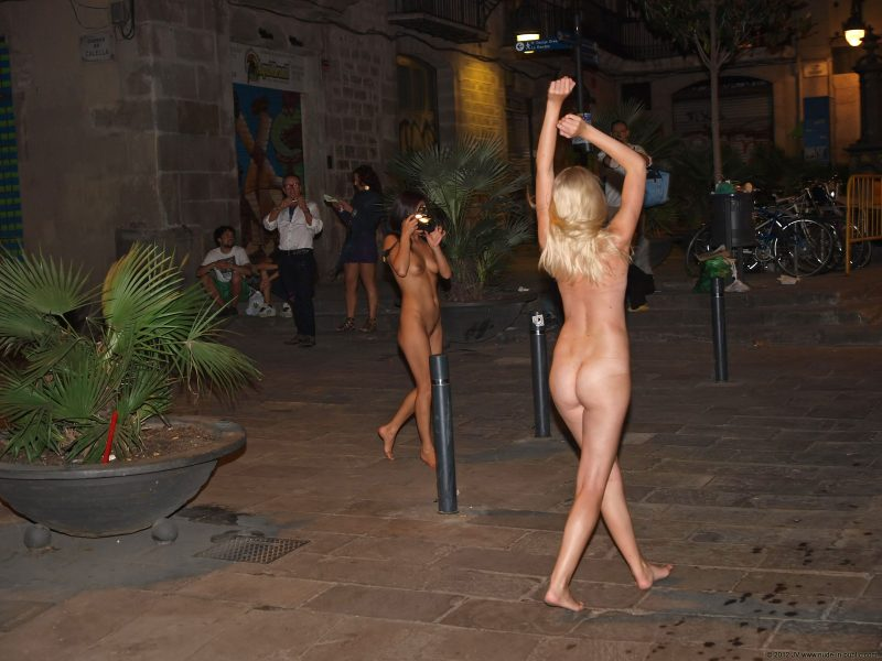aneta-&-agnes-barcelona-nude-in-public-08