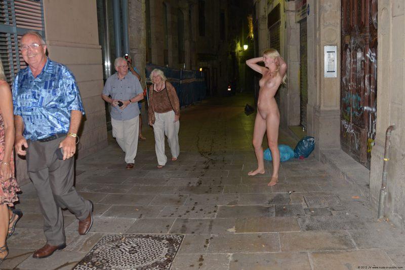 aneta-&-agnes-barcelona-nude-in-public-15