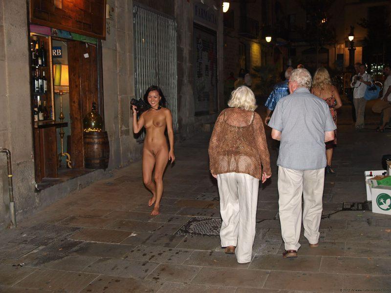 aneta-&-agnes-barcelona-nude-in-public-16