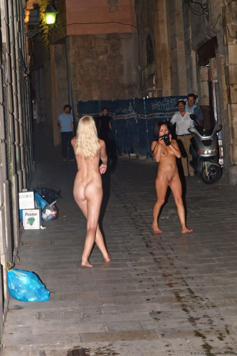 aneta-&-agnes-barcelona-nude-in-public-18