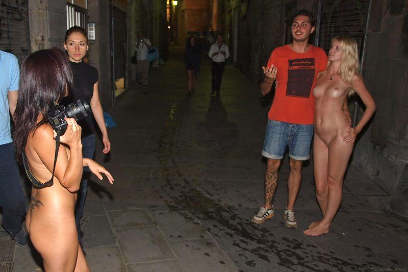 aneta-&-agnes-barcelona-nude-in-public-20