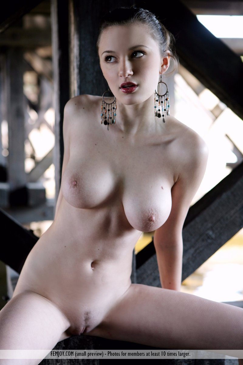 aisha-z-under-bridge-naked-femjoy-11