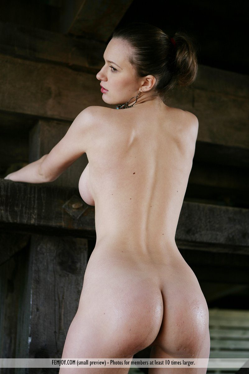 aisha-z-under-bridge-naked-femjoy-15