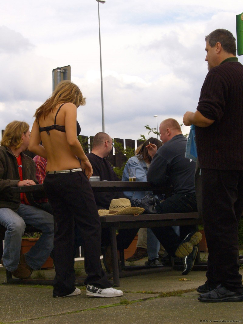 alane-e-small-bar-nude-in-public-02