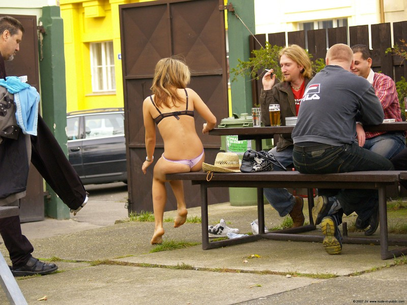 alane-e-small-bar-nude-in-public-03
