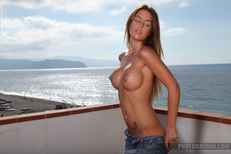 alexa-balcony-jeans-shorts-photodromm-04