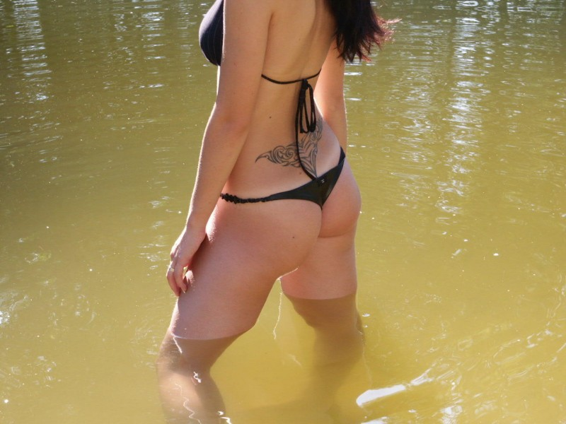amateur-girl-nude-by-the-lake-11