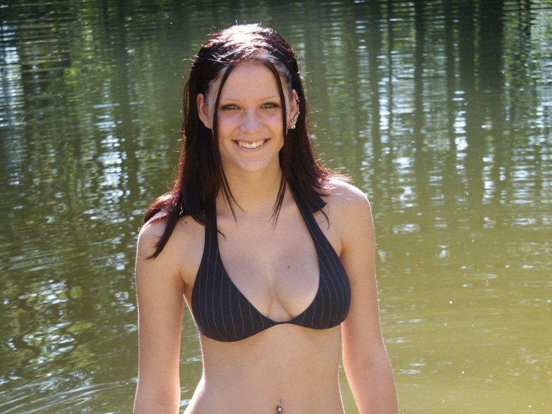 amateur-girl-nude-by-the-lake-12