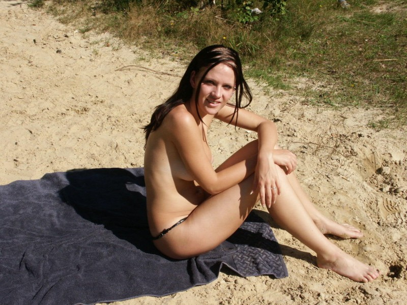 amateur-girl-nude-by-the-lake-24