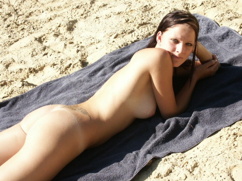 amateur-girl-nude-by-the-lake-46
