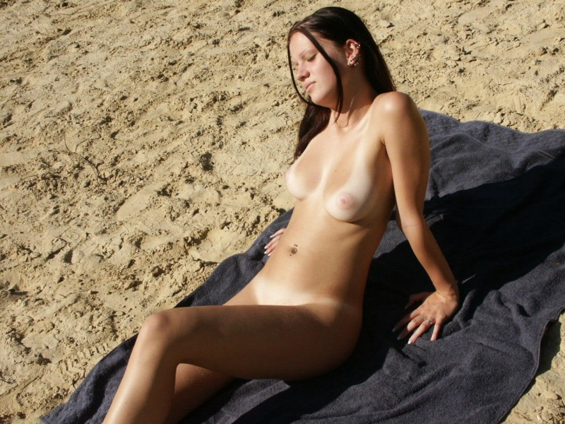 amateur-girl-nude-by-the-lake-50