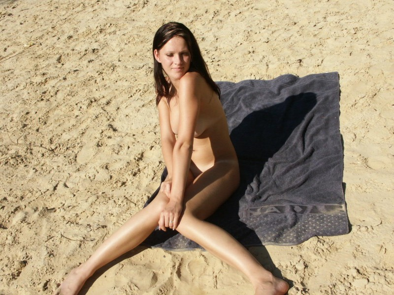 amateur-girl-nude-by-the-lake-54