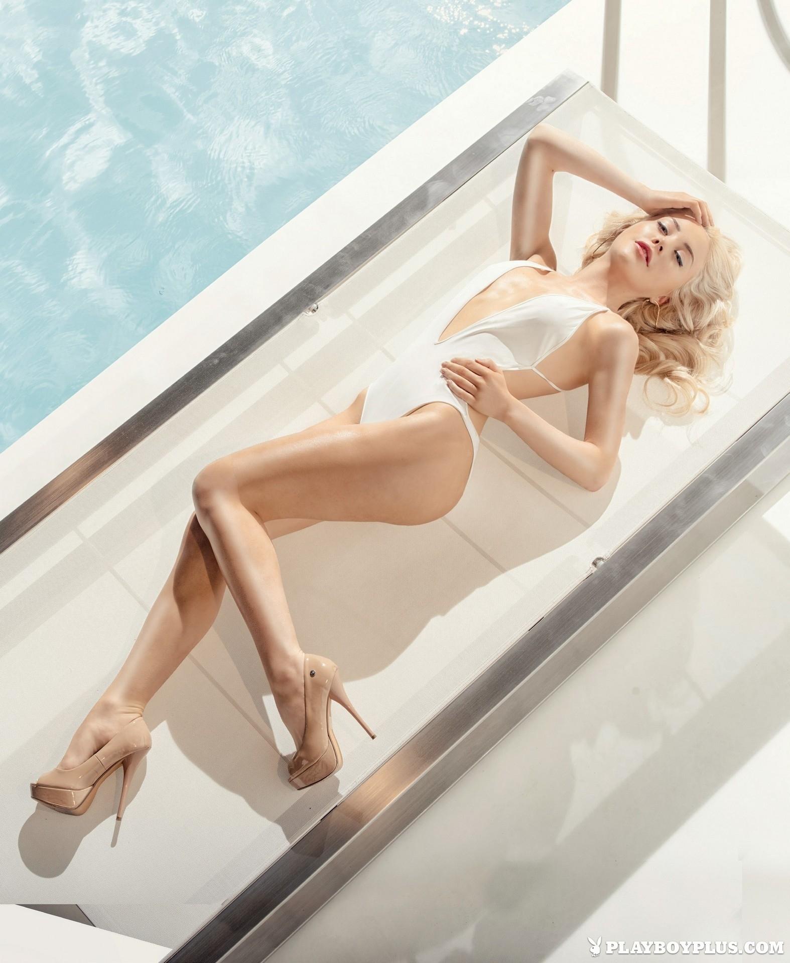 amber-bassick-blonde-nude-underwater-playboy-03
