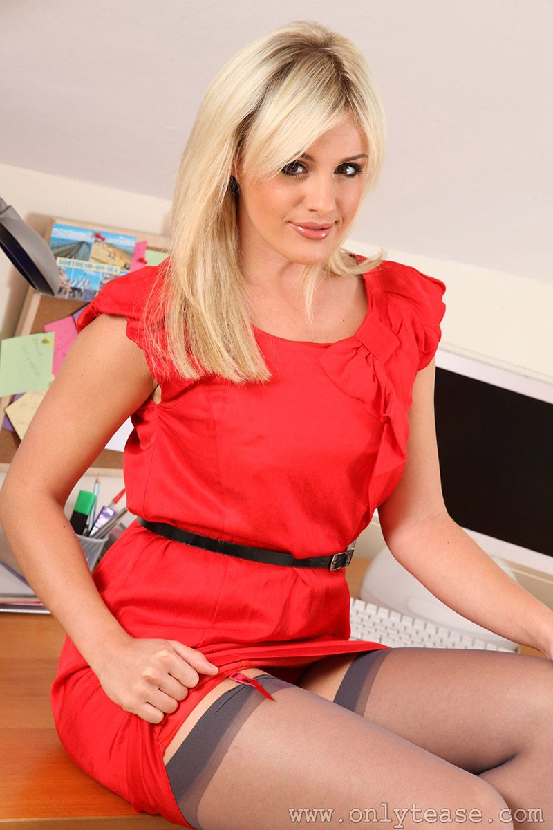 amy-green-red-dress-onlytease-02