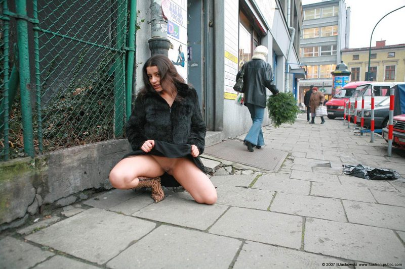 angela-s-cracow-nude-in-public-08