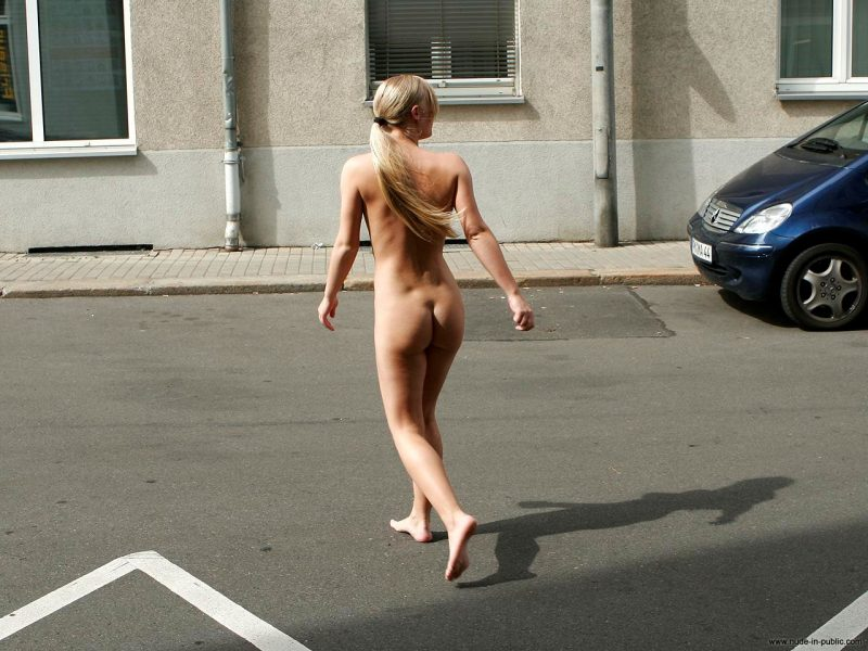 anika-h-blonde-nude-in-public-07