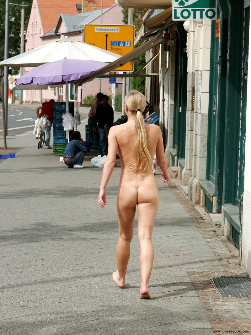 anika-h-blonde-nude-in-public-08