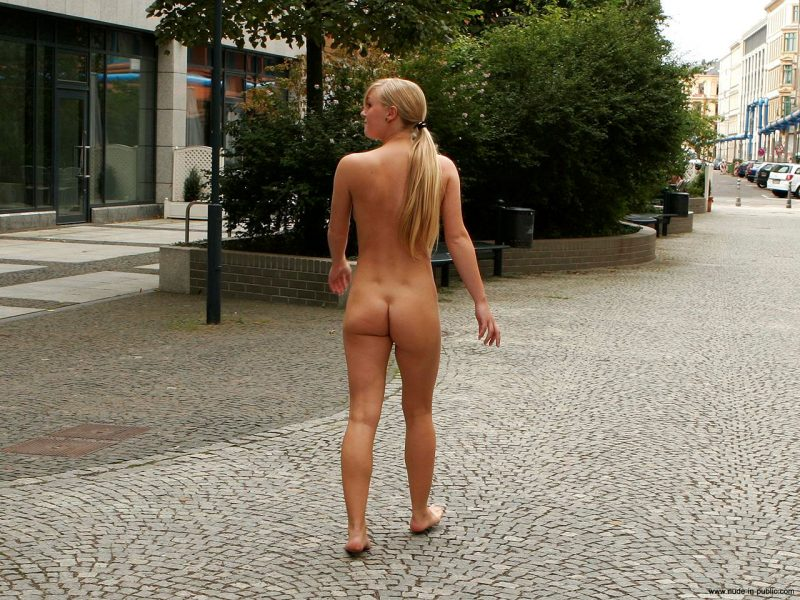 anika-h-blonde-nude-in-public-21