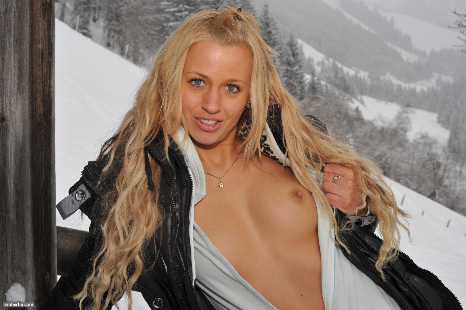 anna-safina-winter-flash-in-public-eroberlin-07