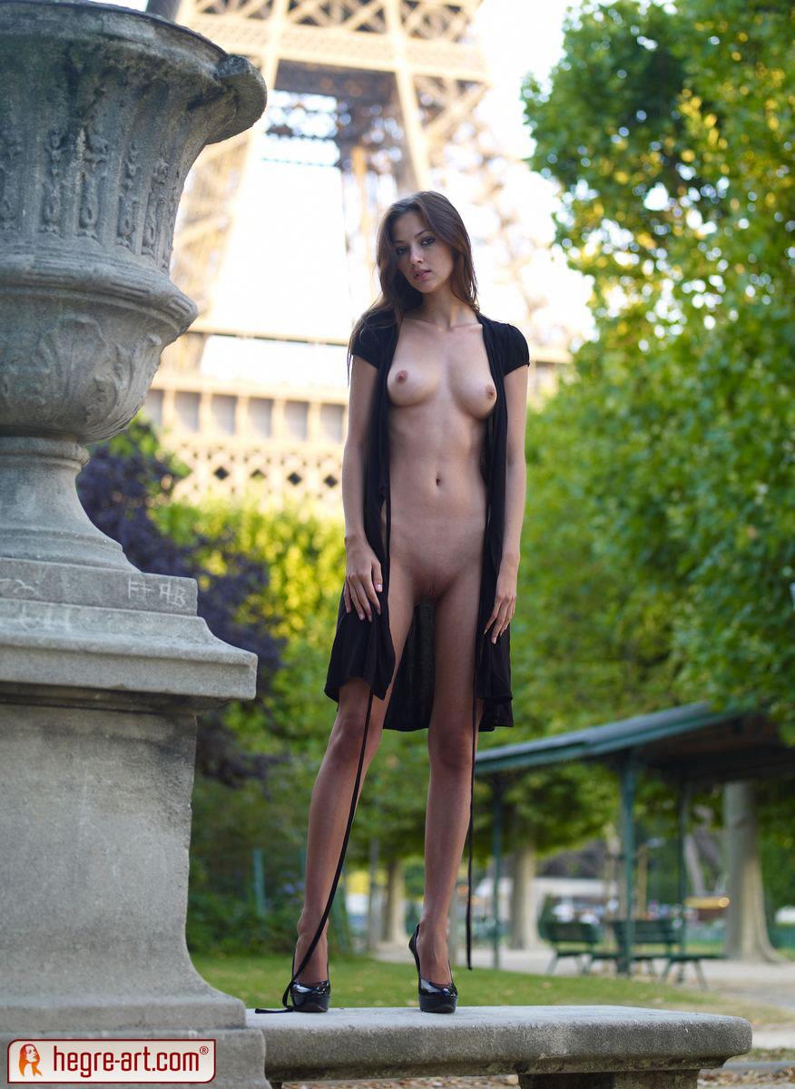 на улице голая девушка под кайфом