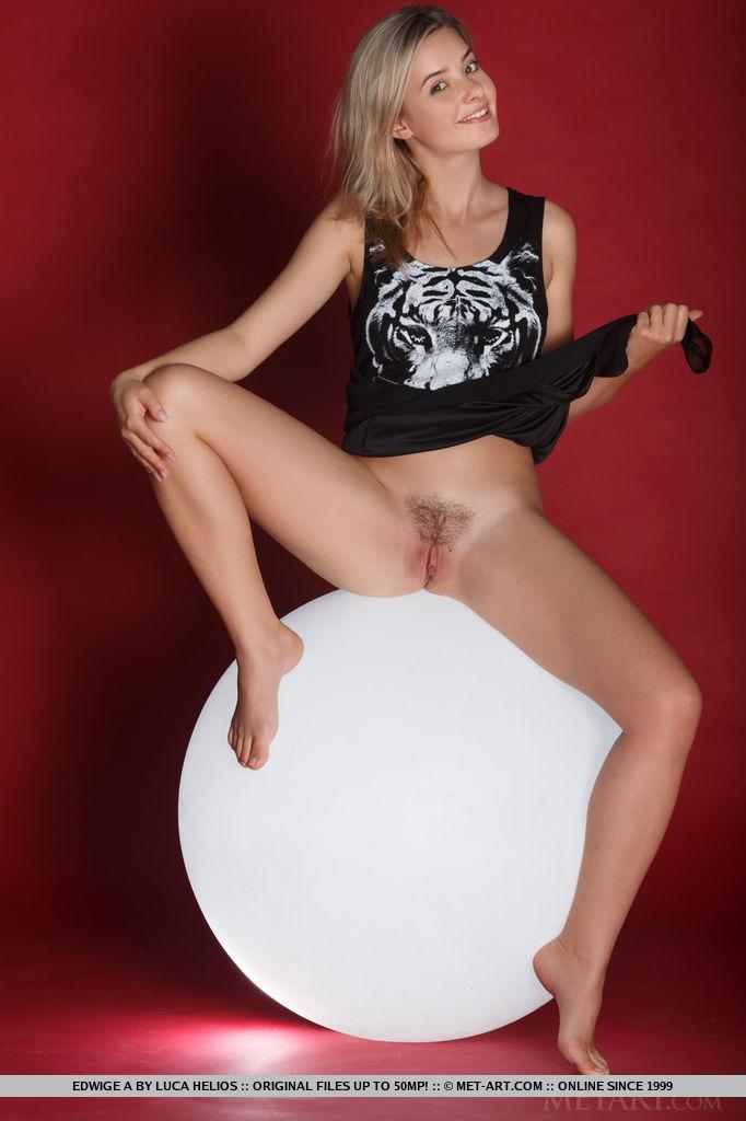 edwige-a-luminous-ball-naked-metart-05