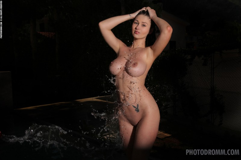 corinne-boobs-wet-nude-photodromm-05