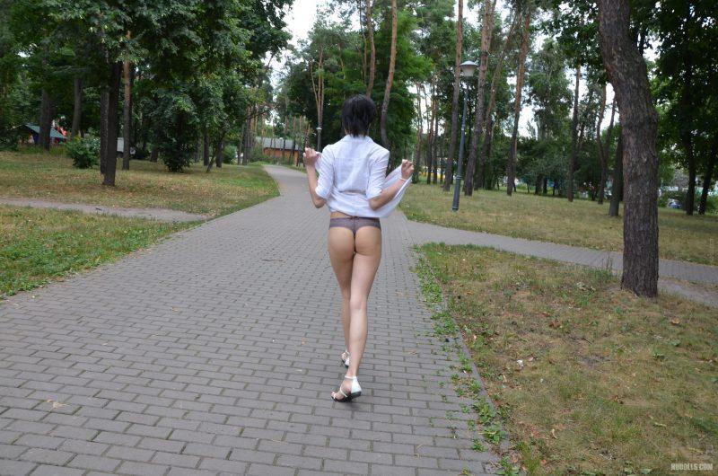 anya-brunette-naked-in-public-nudolls-03