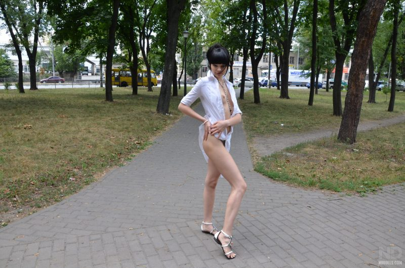 anya-brunette-naked-in-public-nudolls-07