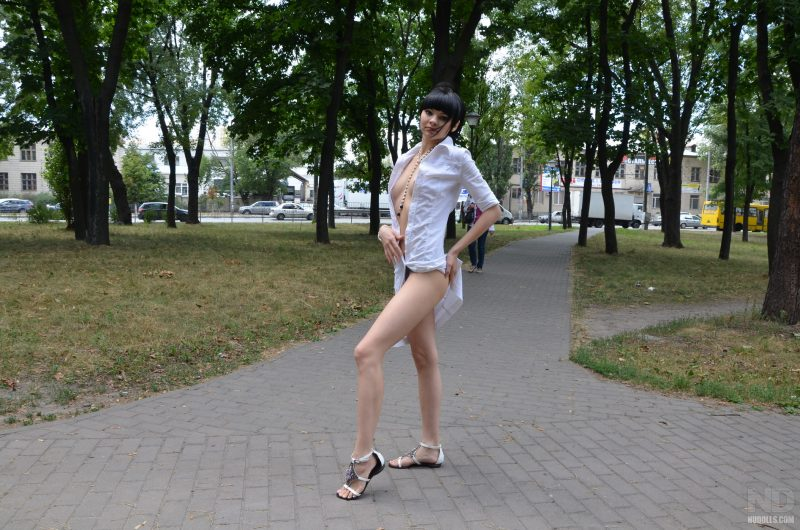 anya-brunette-naked-in-public-nudolls-08