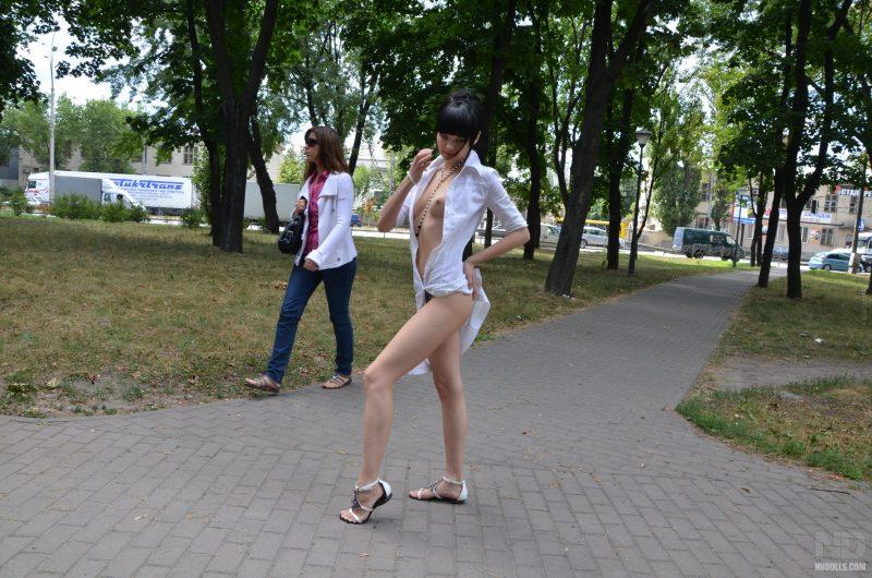 anya-brunette-naked-in-public-nudolls-09