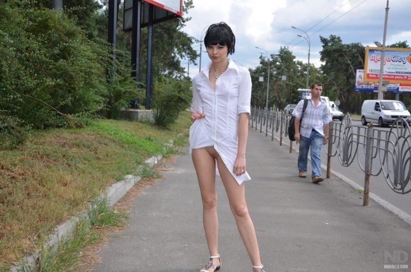 anya-brunette-naked-in-public-nudolls-14