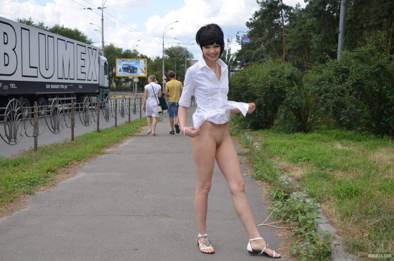 anya-brunette-naked-in-public-nudolls-16