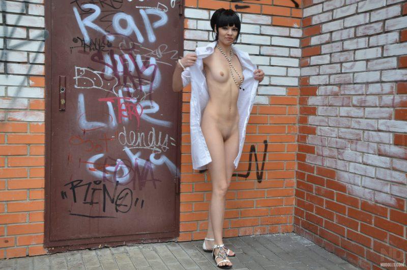 anya-brunette-naked-in-public-nudolls-17
