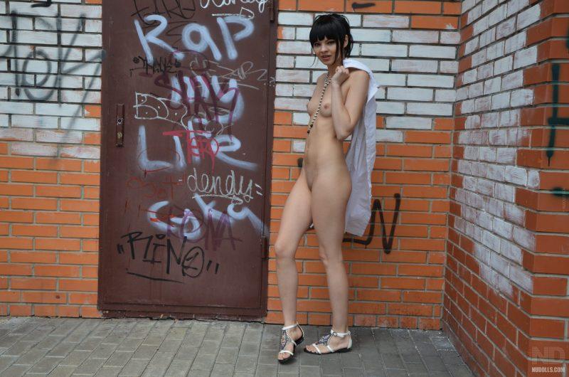 anya-brunette-naked-in-public-nudolls-20