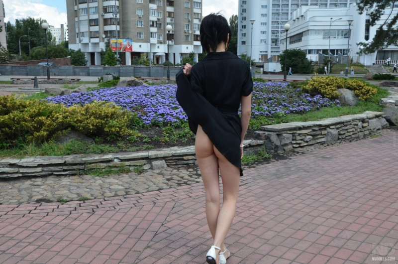 anya-brunette-flash-in-public-nudolls-02