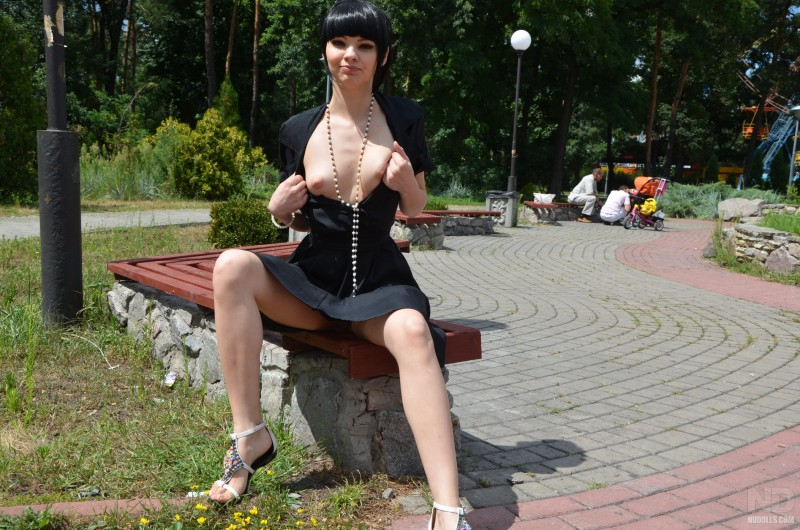 anya-brunette-flash-in-public-nudolls-08