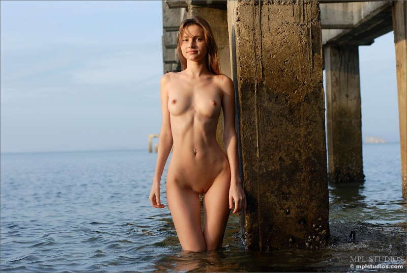 anya-under-pier-seaside-mplstudios-07