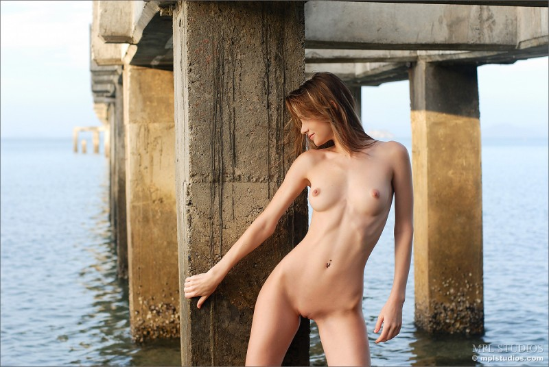 anya-under-pier-seaside-mplstudios-08