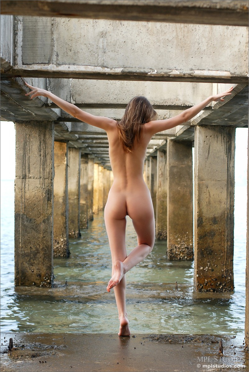 anya-under-pier-seaside-mplstudios-11