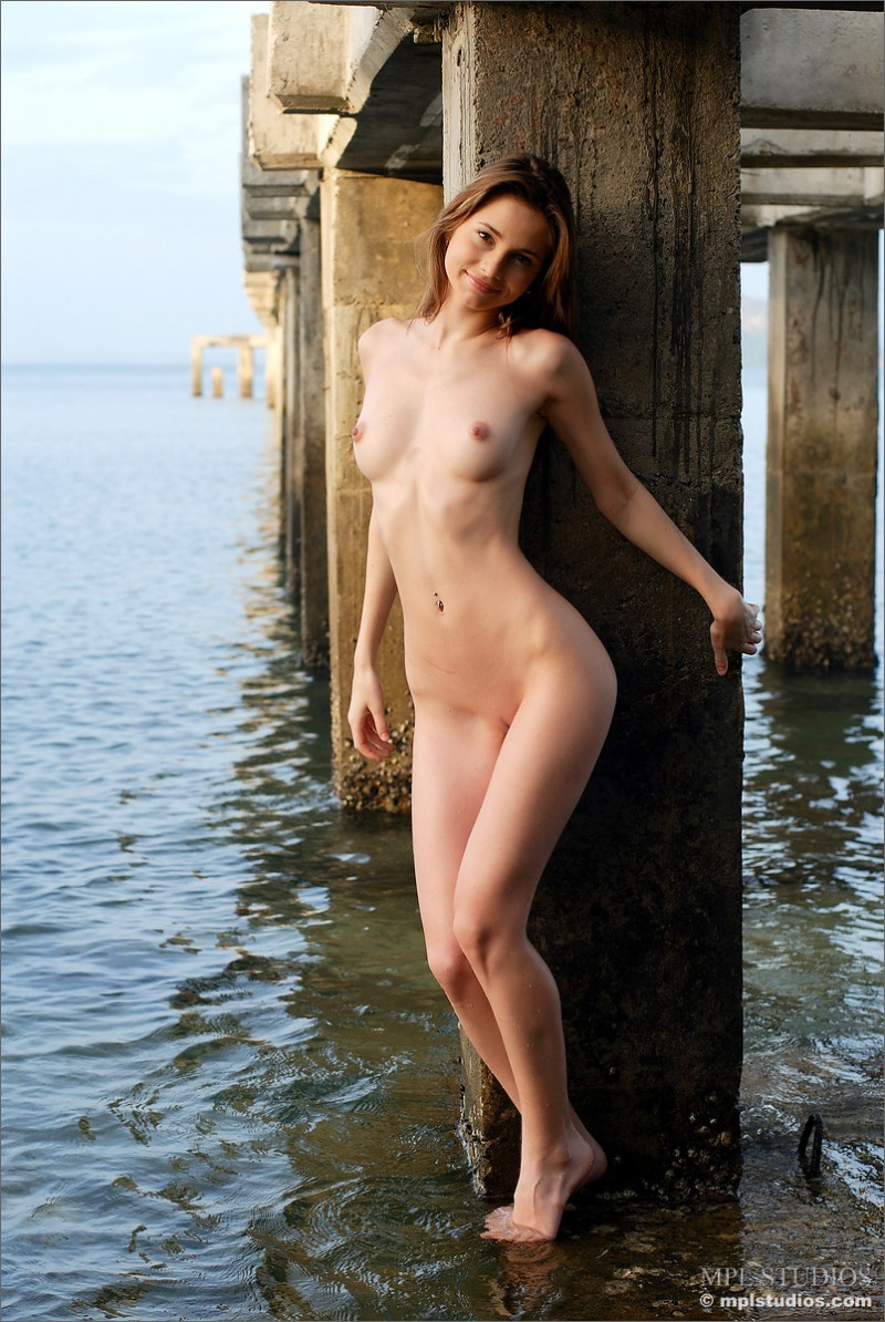 anya-under-pier-seaside-mplstudios-12