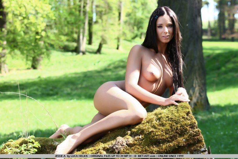 jessie-a-nude-in-park-metart-16